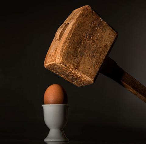 آموزش شکستن تخم مرغ با یک دست