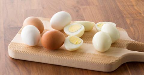 ترفندهایی برای جدا کردن پوست تخم مرغ آب پز