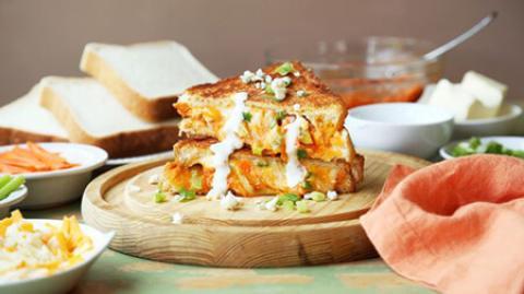 طرز تهیه ساندویچ پنیر و مرغ بوفالو روش پخت ساندویچ پنیر و مرغ بوفالو
