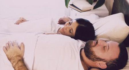 روانشناسی نحوهی خوابیدن زوجین کنار یکدیگر