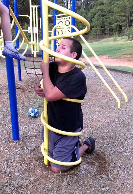 بزرگسالانی که سعی داشتند در زمین بازی کودکان بازی کنند اما فاجعه آمیز بود
