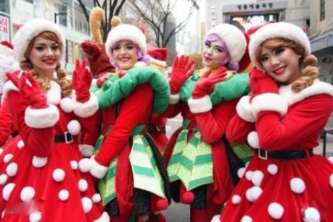 عکس های جالب و دیدنی روز ؛ از کریسمس در آکواریوم تا تمرینات سخت سربازان ارتش چین