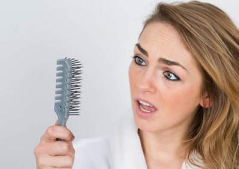 6 دلیل عمده ریزش مو در خانمها + درمان