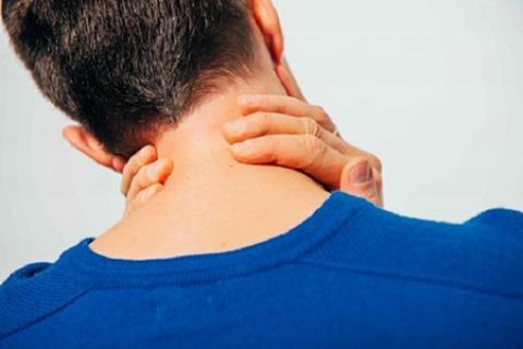 انجام حرکات ورزشی می تواند باعث تقویت عضلات گردن شود